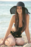 Το κορίτσι σε ένα μαύρο κοστούμι λουσίματος στοκ φωτογραφία