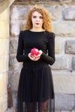 Το κορίτσι σε ένα μαύρο φόρεμα με το κόκκινο μήλο Στοκ φωτογραφία με δικαίωμα ελεύθερης χρήσης