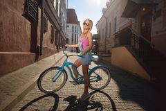 Το κορίτσι σε ένα μοντέρνο ποδήλατο Στοκ Εικόνες