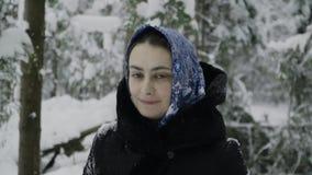 Το κορίτσι σε ένα μπλε μαντίλι στο χειμερινό δάσος παρουσιάζει μιμούμενες συγκινήσεις φιλμ μικρού μήκους