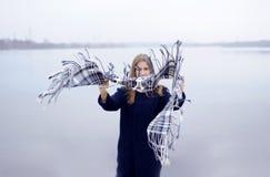Το κορίτσι σε ένα μπλε παλτό περπατά κατά μήκος του ποταμού Στοκ φωτογραφίες με δικαίωμα ελεύθερης χρήσης