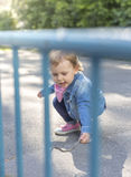 Το κορίτσι σε ένα σακάκι τζιν σύρει με τις χρωματισμένες κιμωλίες Στοκ εικόνα με δικαίωμα ελεύθερης χρήσης