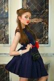 Το κορίτσι σε ένα φόρεμα στα μπιζέλια με τη antiquarian κάμερα Στοκ φωτογραφία με δικαίωμα ελεύθερης χρήσης