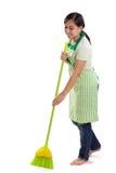 Το κορίτσι σκουπίζει το πάτωμα που απομονώνεται Στοκ εικόνα με δικαίωμα ελεύθερης χρήσης