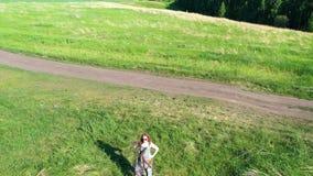 Το κορίτσι στέκεται στην άκρη του απότομου βράχου Όμορφο τοπίο του ποταμού βουνών και του δασικού πυροβολισμού άνωθεν απόθεμα βίντεο