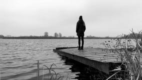 Το κορίτσι στέκεται στην αποβάθρα από τη λίμνη 4K φιλμ μικρού μήκους