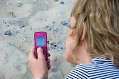 το κορίτσι στέλνει sms Στοκ εικόνες με δικαίωμα ελεύθερης χρήσης