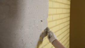 Το κορίτσι στα άσπρα γάντια βάζει έναν τοίχο μπροστά από την επισκευή Spatula, ασβεστοκονίαμα Ομαλοί τοίχοι απόθεμα βίντεο