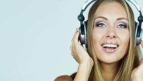 Το κορίτσι στα ακουστικά ακούει όμορφες νεολαίες γυναικών στούντιο ζευγών χορεύοντας καλυμμένες φιλμ μικρού μήκους