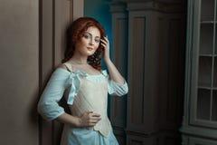 Το κορίτσι στα αναδρομικά φλερτ φορεμάτων κοιτάζει Στοκ φωτογραφία με δικαίωμα ελεύθερης χρήσης