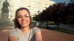 Το κορίτσι στα γυαλιά ηλίου που περιστρέφουν γύρω από την εκμετάλλευση επανδρώνει το χέρι απόθεμα βίντεο