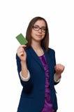 Το κορίτσι στα γυαλιά παρουσιάζει ηλεκτρονική τραπεζική κάρτα Στοκ Φωτογραφία