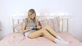 Το κορίτσι στα κοντά σορτς διαβάζει ένα βιβλίο απόθεμα βίντεο