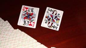 Το κορίτσι στα κόκκινα γάντια σχεδιάζει τις κάρτες, η γυναίκα Α στα κόκκινα γάντια αποσύρει μια κάρτα, παίζοντας σε μια χαρτοπαικ φιλμ μικρού μήκους
