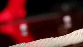 Το κορίτσι στα κόκκινα γάντια σχεδιάζει τις κάρτες, η γυναίκα Α στα κόκκινα γάντια αποσύρει μια κάρτα, παίζοντας σε μια χαρτοπαικ απόθεμα βίντεο