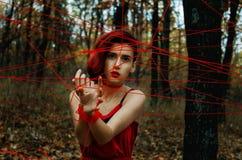 Το κορίτσι στα νήματα στοκ φωτογραφίες με δικαίωμα ελεύθερης χρήσης