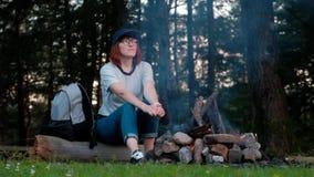 Το κορίτσι στα ξύλα κοντά στην πυρκαγιά φιλμ μικρού μήκους