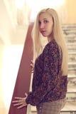 Το κορίτσι στα σκαλοπάτια Στοκ εικόνες με δικαίωμα ελεύθερης χρήσης
