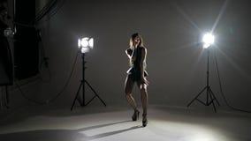 Το κορίτσι στα τακούνια χορεύει απόθεμα βίντεο