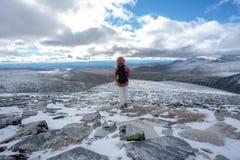 Το κορίτσι στα moutains το φθινόπωρο Χιονώδεις αιχμές και μπλε ουρανός στοκ εικόνα με δικαίωμα ελεύθερης χρήσης