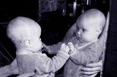 Το κορίτσι στην αντανάκλαση Στοκ Εικόνες