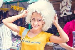 Το κορίτσι στην ΚΑΠ των προβάτων Καπέλο Υπαίθριο αρκετά νέο καπέλο γυναικών Στοκ φωτογραφία με δικαίωμα ελεύθερης χρήσης