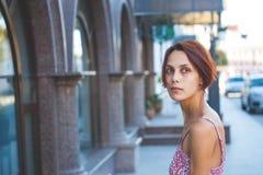 Το κορίτσι στην οδό Στοκ Εικόνες