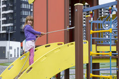Το κορίτσι στην παιδική χαρά Στοκ φωτογραφίες με δικαίωμα ελεύθερης χρήσης