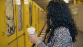 Το κορίτσι στην πλατφόρμα υπογείων περιμένει το φίλο της που ήρθε με το τραίνο Μια χαρούμενη σύγκρουση και συγκινήσεις του α απόθεμα βίντεο