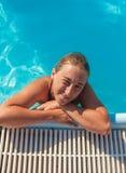 Το κορίτσι στη λίμνη Στοκ Εικόνες