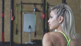 Το κορίτσι στη γυμναστική απόθεμα βίντεο