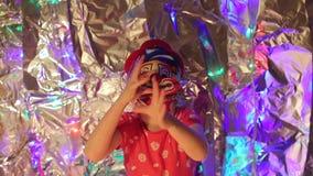 Το κορίτσι στη μάσκα ενός κλόουν έχει τη διασκέδαση απόθεμα βίντεο