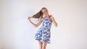 Το κορίτσι στη χρωματισμένη τοποθέτηση φορεμάτων παρουσιάζει την κατεύθυνση απόθεμα βίντεο