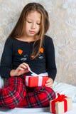 Το κορίτσι στις πυτζάμες με παρουσιάζει τα κιβώτια στο πρωί Χριστουγέννων Στοκ Εικόνα
