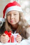 Το κορίτσι στις πυτζάμες με παρουσιάζει τα κιβώτια στο πρωί Χριστουγέννων Στοκ Εικόνες