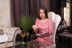 Το κορίτσι στον καφέ στοκ φωτογραφία με δικαίωμα ελεύθερης χρήσης