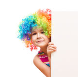 Το κορίτσι στον κλόουν κρατά το κενό έμβλημα Στοκ Εικόνες