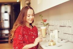 Το κορίτσι στο αρτοποιείο τρώει το επιδόρπιο Το όμορφο πρότυπο σε έναν καφέ τρώει τα γλυκά και το χαμόγελο Όμορφο κορίτσι σε ένα  στοκ εικόνες με δικαίωμα ελεύθερης χρήσης