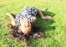 Το κορίτσι στο ατύχημα θέτει Στοκ φωτογραφίες με δικαίωμα ελεύθερης χρήσης