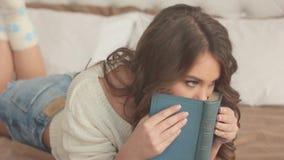 Το κορίτσι στο βιβλίο κρεβατιών απόθεμα βίντεο