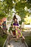 Το κορίτσι στο Βοημίας ύφος σε μια μεταφορά τσιγγάνων στο καπέλο Στοκ Φωτογραφίες