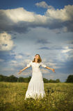 Το κορίτσι στο Βοημίας ύφος στην ευτυχία στον ουρανό Στοκ Φωτογραφία