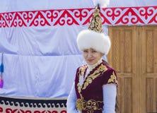 Το κορίτσι στο εθνικό φόρεμα του Καζάκου Στοκ εικόνες με δικαίωμα ελεύθερης χρήσης