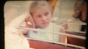 Το κορίτσι στο λεωφορείο πηγαίνει στην πόλη απόθεμα βίντεο