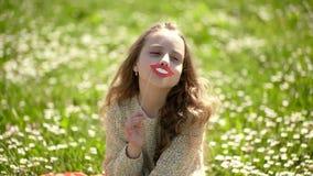 Το κορίτσι στο εύθυμο πρόσωπο ξοδεύει τον ελεύθερο χρόνο υπαίθρια Έννοια Fashionista Τοποθέτηση παιδιών με τα χείλια χαμόγελου χα απόθεμα βίντεο