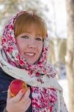 Το κορίτσι στο ζωηρόχρωμο μαντίλι με ένα аpple στο χέρι του Στοκ Εικόνα