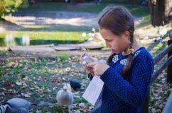 Το κορίτσι στο ζωολογικό κήπο που εξετάζει τη κάμερα Πάπιες στο υπόβαθρο Στοκ εικόνα με δικαίωμα ελεύθερης χρήσης