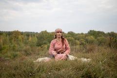 Το κορίτσι στο ιστορικό σλαβικό κοστούμι της ηλικίας Βίκινγκ στοκ εικόνες με δικαίωμα ελεύθερης χρήσης
