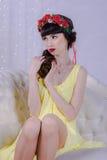 Το κορίτσι στο κίτρινο φόρεμα Στοκ Φωτογραφία
