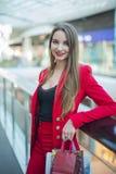 Το κορίτσι στο κόκκινο σακάκι Στοκ φωτογραφία με δικαίωμα ελεύθερης χρήσης